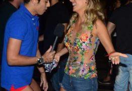 Repórter deixa calça cair durante entrevista com Luisa Mell