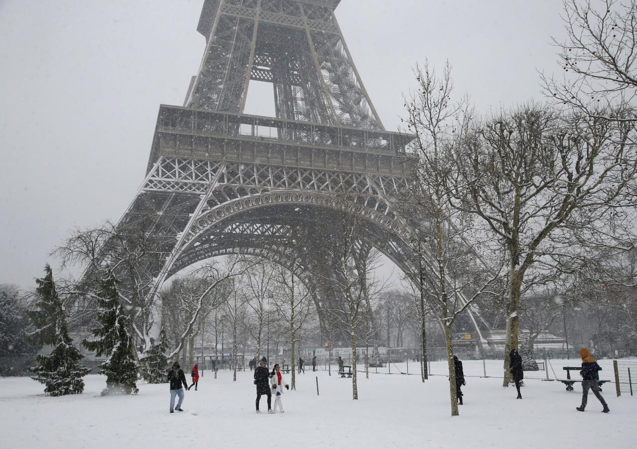 ap18040503589173 - Neve fecha a Torre Eiffel em Paris