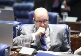 VEJA VÍDEO: Ex-senador dá banho na enteada com champanhe de R$ 5 mil