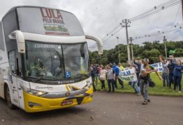EMBOSCADA: Dois ônibus da caravana de Lula são atingidos por quatro tiros no Paraná