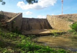 Moradores denunciam que barragem pode romper a qualquer momento; VEJA FOTOS