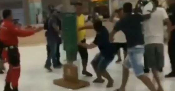 Grupo de jovens trocam socos e pontapés dentro de shopping da capital