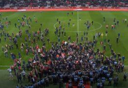 VEJA VÍDEO: Torcedores do Lille invadem campo e agridem brasileiros