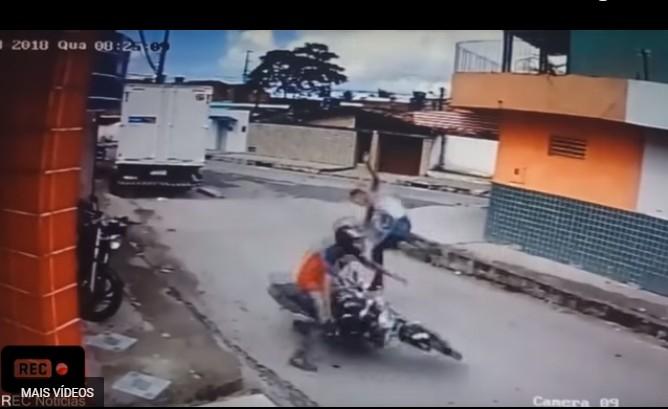 """Sem título 13 - VEJA VÍDEO: Rapaz percebe arma de brinquedo e dá """"voadora"""" em assaltante"""