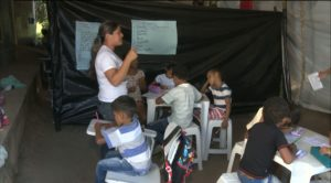 aula areia 1 300x166 - Após fechamento de escolas, professores improvisam salas de aula com lonas na Paraíba
