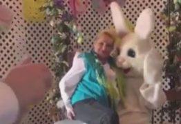 VEJA VÍDEO: Coelhinho da Páscoa é assediado em shopping por mulher bêbada