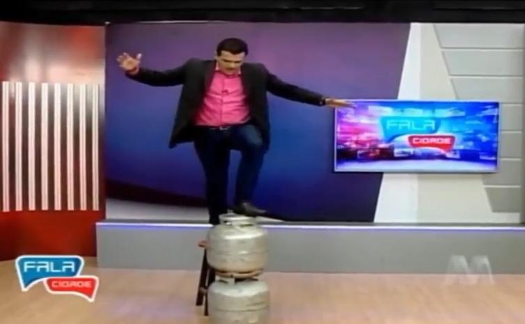 VEJA O VÍDEO: Apresentador da TV Manaíra cai e se machuca ao vivo