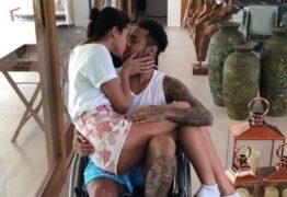 Neymar ficará no Brasil por pelo menos cinco semanas, afirma jornal francês