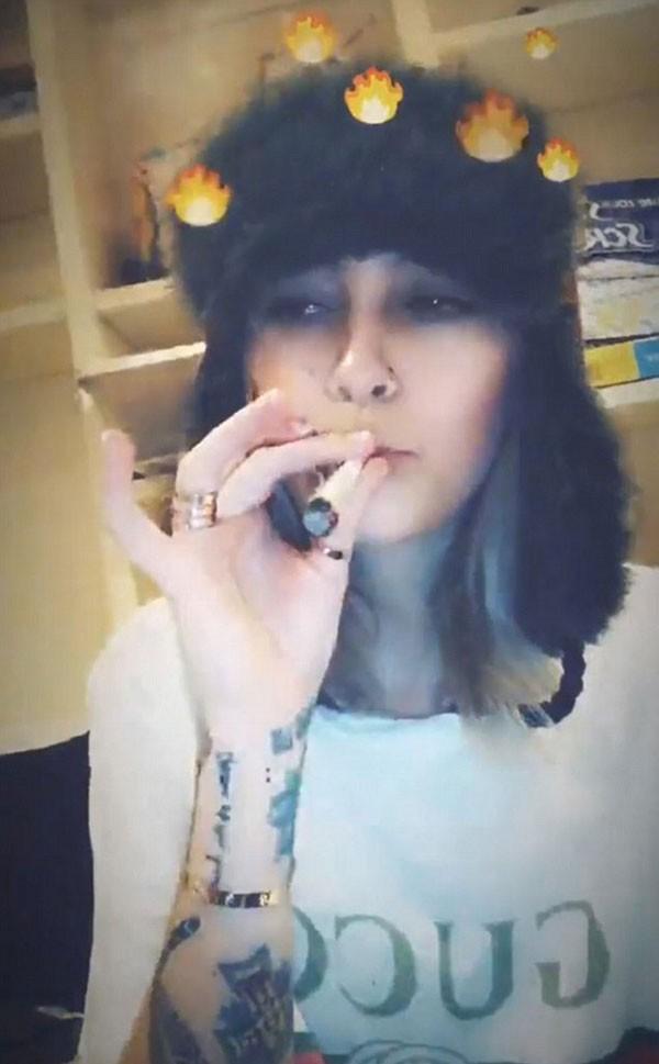 Filha de Michael Jackson faz vídeos fumando maconha e é criticada por fã