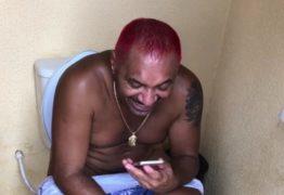 VEJA VÍDEO: Deputado Tiririca faz postagem na privada e imagens viralizam na web