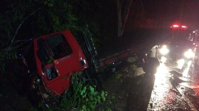 Dois carros e um caminhão se envolvem em acidente e homem fica preso nas ferragens