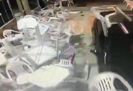 Motorista se irrita com demora e invade lanchonete com carro -VEJA VÍDEO