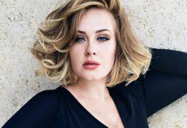 Adele revela foto do dia em que casou amigos no jardim de casa
