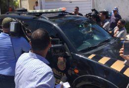 VEJA VÍDEOS: Leto é conduzido sob vaias da população e chega escoltado pela federal em sede da Polícia