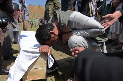 Resultado de imagem para Atentado de homem-bomba mata 11 crianças no sul do Afeganistão