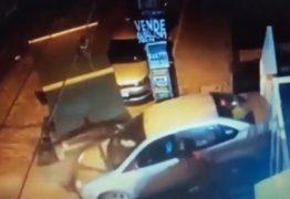 VEJA VÍDEO: Criança solta freio e carro desgovernado quase atropela homem na Capital