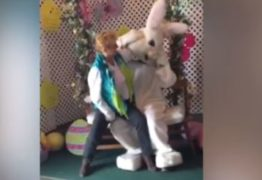 Coelhinho da Páscoa é assediado em shopping por mulher bêbada -VEJA VÍDEO