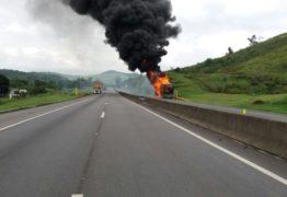 Ônibus do cantor sertanejo Léo Magalhães pega fogo em rodovia no Rio de Janeiro