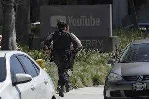policiais correndo sede youtube 300x200 - Mulher comete suicídio após ferir quatro pessoas na sede do youtube