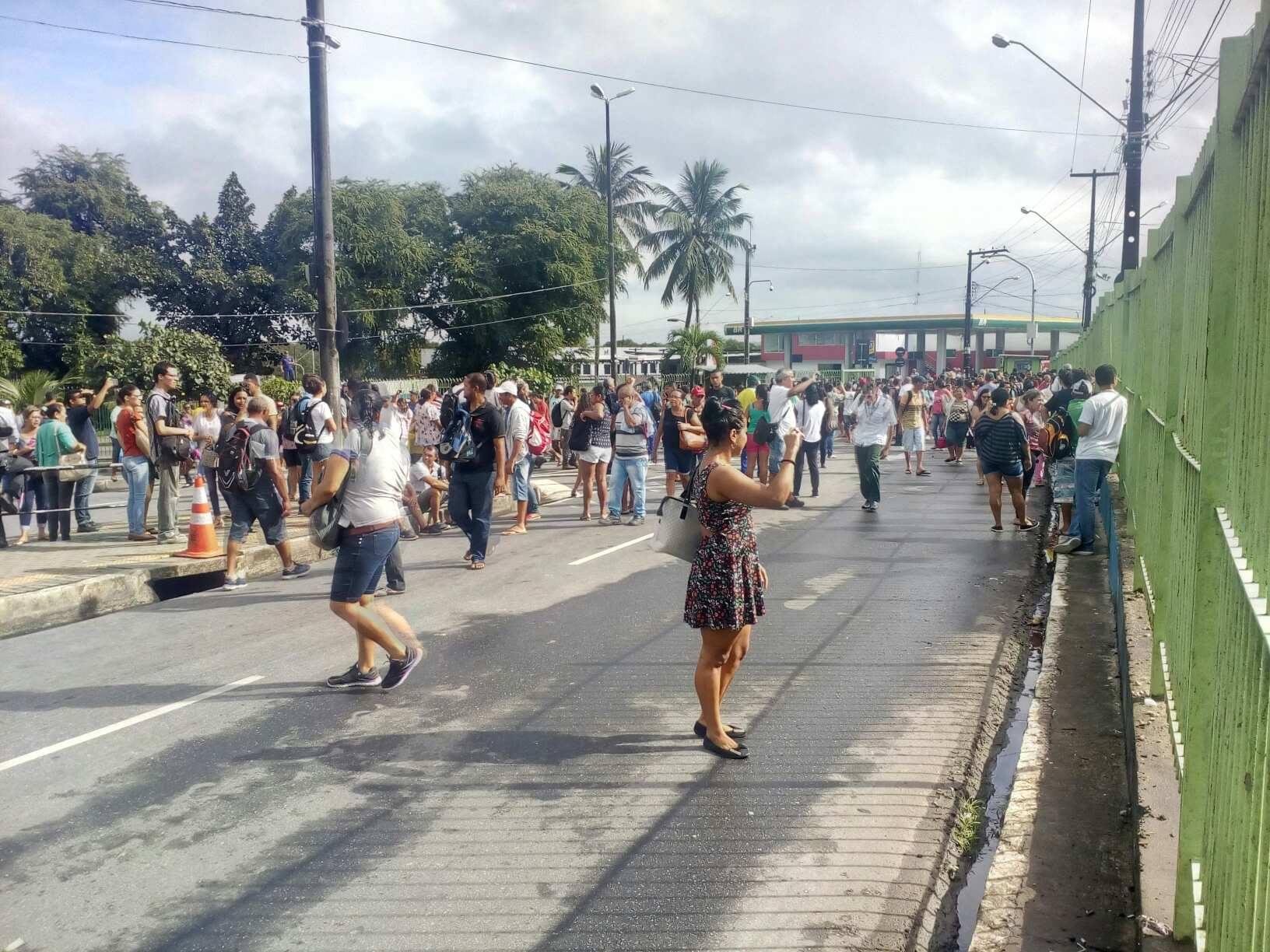 33745188 10214225988555522 5011604712714141696 n - RUAS, GARAGEM DE EMPRESA E INTEGRAÇÃO FECHADAS: manifestantes impedem entrada e saída de ônibus