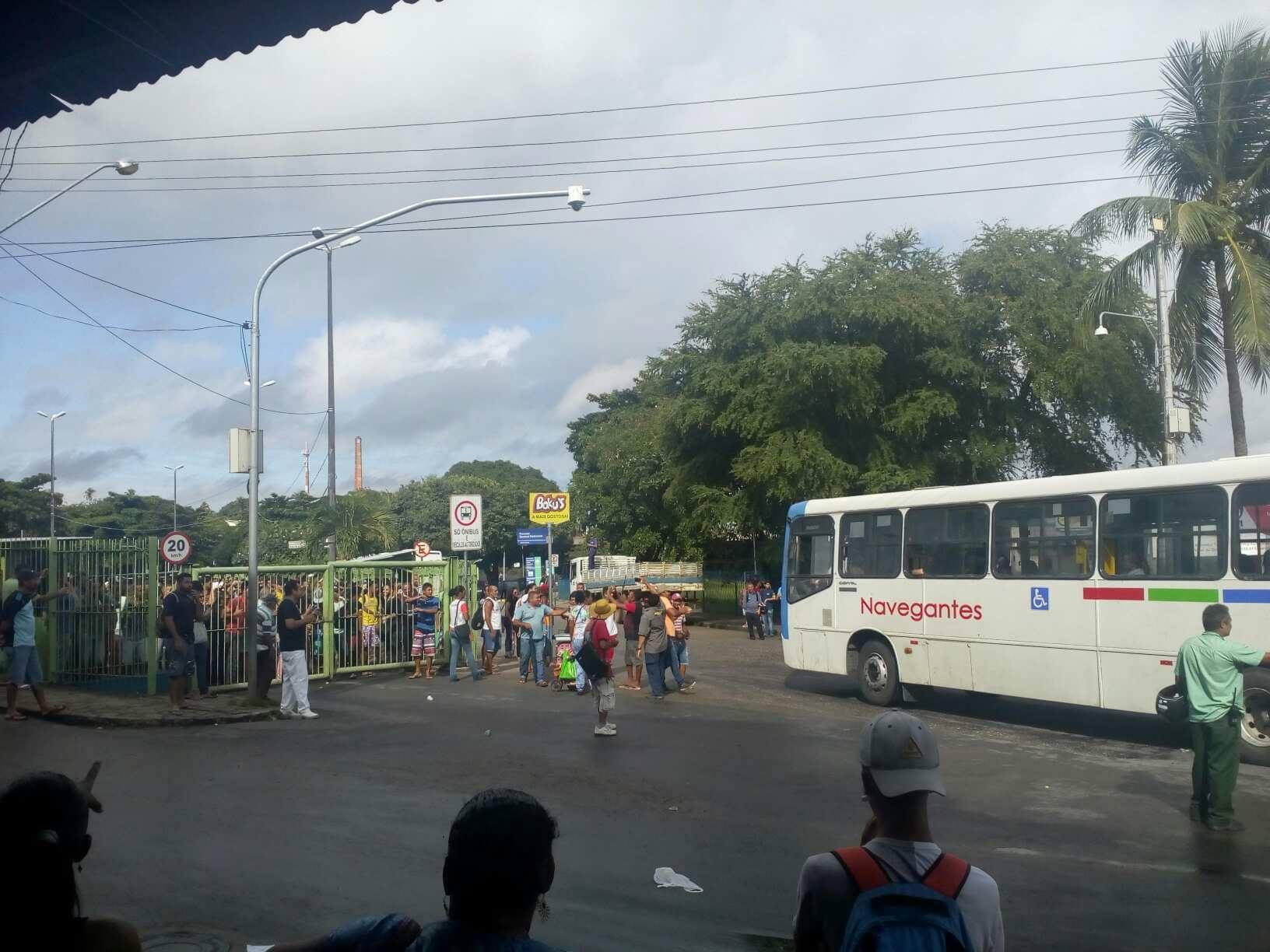 33813095 10214225992755627 1905464646052085760 n 1 - RUAS, GARAGEM DE EMPRESA E INTEGRAÇÃO FECHADAS: manifestantes impedem entrada e saída de ônibus