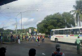 RUAS, GARAGEM DE EMPRESA E INTEGRAÇÃO FECHADAS: manifestantes impedem entrada e saída de ônibus