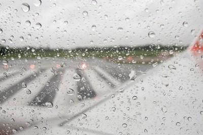 AVIAO CHUVA 28 05 2018 - Avião com delegação do Campinense pousa antes do previsto