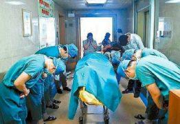 Médicos curvam-se para a criança que doou seus órgãos e a imagem comove o mundo inteiro