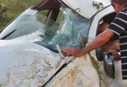 Vítimas ficam feridas após carro capotar no Sertão paraibano