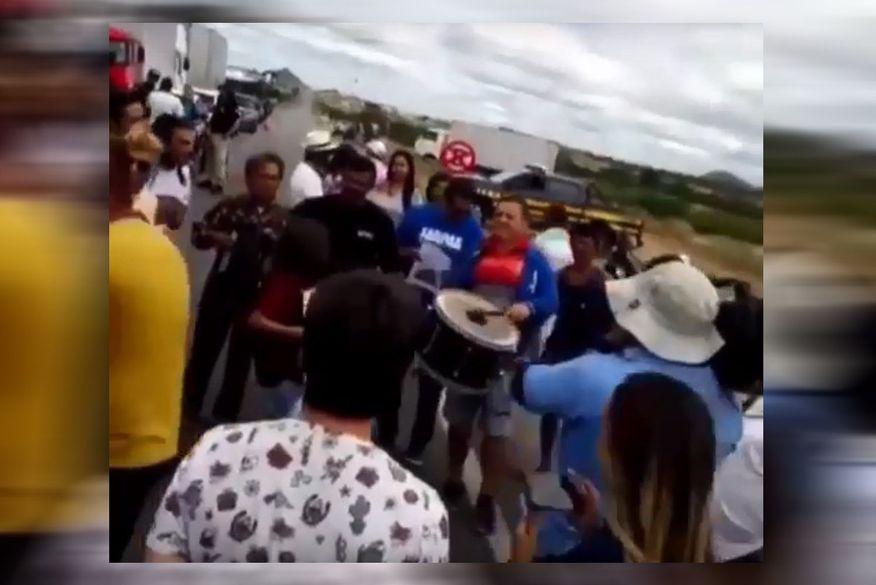 banda de forro - Protesto termina em forró pé de serra no Sertão da Paraíba; assista ao vídeo
