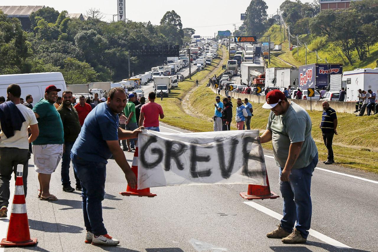 brasil greve caminhoneiros 20180524 0020 copy - Em grupos do WhatsApp, caminhoneiros pedem intervenção militar