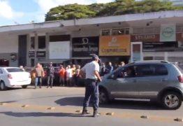 VEJA VÍDEO: Mulher tenta furar fila para abastecer, bate em carros e foge da PM
