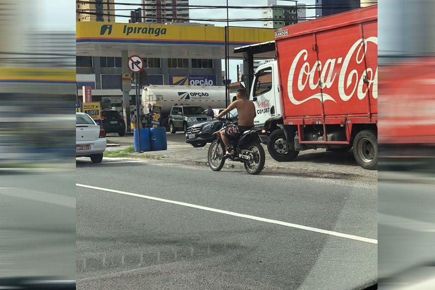 Homem com tornozeleira eletrônica é flagrado conduzindo moto, sem capacete e fazendo contramão em João Pessoa