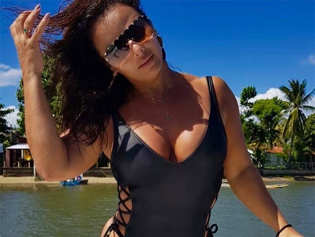 Viviane Araújo ostenta corpão em águas baianas – VEJA IMAGENS