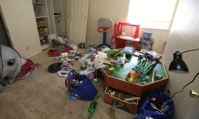 x76752106 Toys and other items are strewn around one of the rooms of a home Monday May 14 2018 where.jpg.pagespeed.ic .3tqLtTonCZ - Casal da Califórnia é preso por abusar de dez filhos em casa insalubre