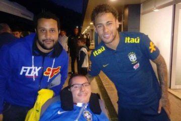 Jovem supera dificuldades para conhecer jogadores da seleção: 'Quero ver o Brasil campeão'
