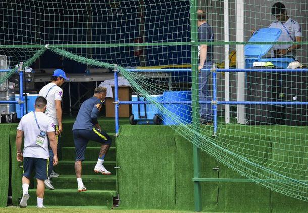 000 168387 - Neymar deixa treino com dores no tornozelo