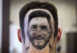 Torcedor sérvio inova e desenha rosto de Lionel Messi em cabelo
