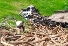 Caminhão carregado de lenha tomba em rodovia no Brejo da Paraíba