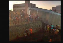Caminhão carregado com fogos de artifício tomba e cai em canal
