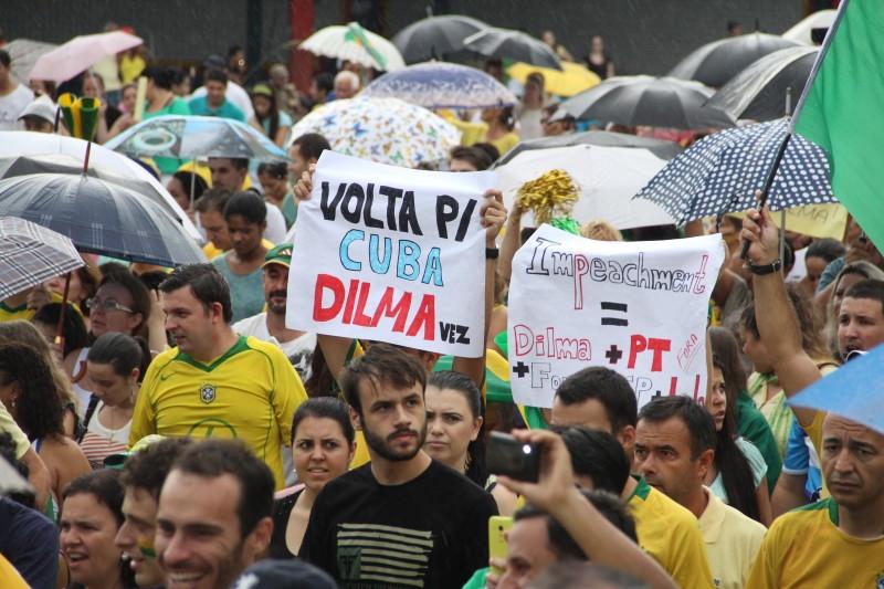 """manifestação - """"A camisa da seleção está pagando o pato por ter sido uniforme do golpe"""", diz Anísio Maia"""
