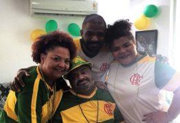 Arlindo Cruz recebe alta e assiste à partida do Brasil em casa com a família no Rio