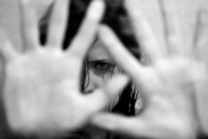 abuso sexual de crianca 300x200 - Padrasto é preso suspeito de abusar sexualmente de enteada com distúrbios mentais em CG