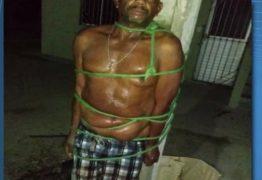 Homem agride mulher e acaba amarrado em poste por vizinhos