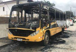 Ônibus de transporte escolar da Prefeitura de Campina Grande fica destruído após pegar fogo
