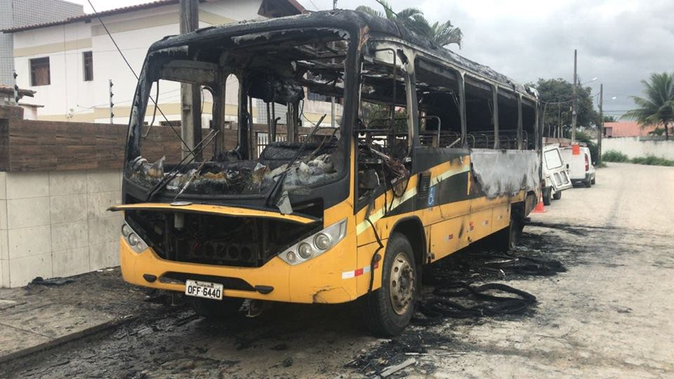 onibus cg 2 - Ônibus de transporte escolar da Prefeitura de Campina Grande fica destruído após pegar fogo