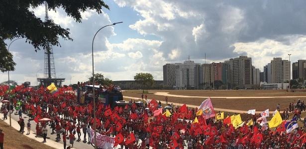 15ago2018 enquanto os manifestantes marcham parlamentares do pt e do pcdob discursam de um trio eletrico nas ruas de brasilia 1534356344599 615x300 - Paraibano em greve de fome é carregado em rede durante marcha pró-Lula no DF - VEJA VÍDEO