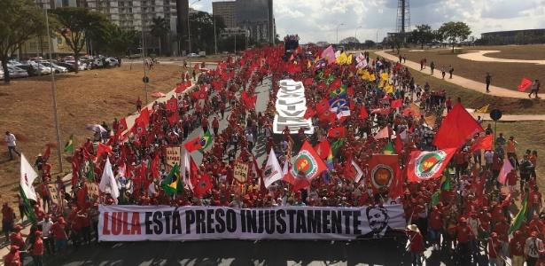 15ago2018 manifestantes fazem marcha saindo da regiao central de brasilia com rumo ao tse para pedir registro da candidatura de lula 1534356109843 615x300 - Paraibano em greve de fome é carregado em rede durante marcha pró-Lula no DF - VEJA VÍDEO
