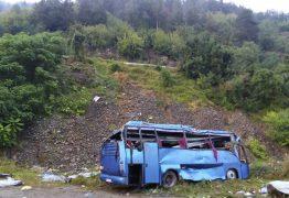 TRAGÉDIA: Ônibus cai em precipício e deixa mais de 15 mortos