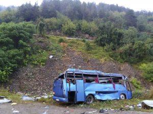 ap18237723119892 300x225 - TRAGÉDIA: Ônibus cai em precipício e deixa mais de 15 mortos